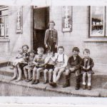 Beek-1956-Kinderen-voor-Sparwinkel-en-Cafe